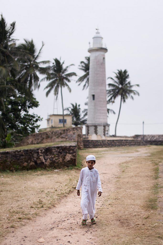 Galle enfant qui marche devant le phare