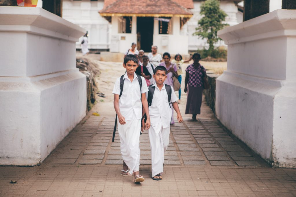 sri lanka enfants dans temple