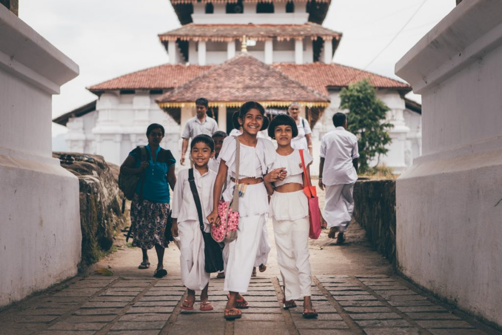 sri lanka enfants souriant sortant d'un temple