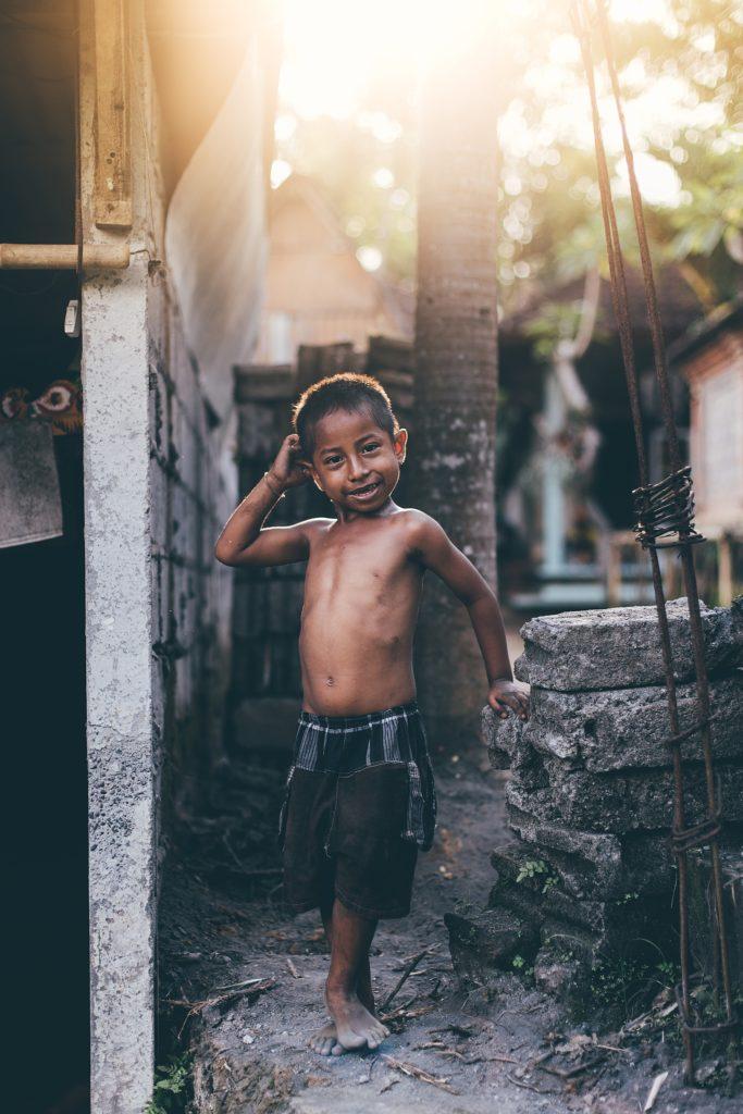 bali enfant souriant dans la rue