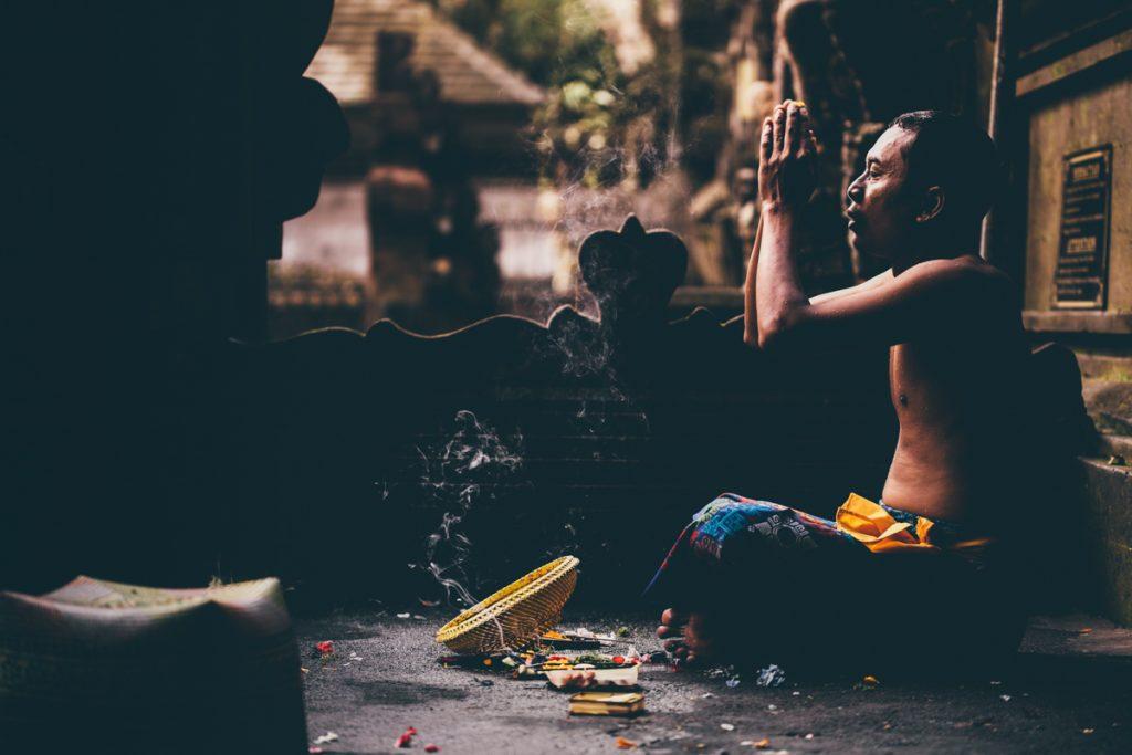 prière dans un temple de bali