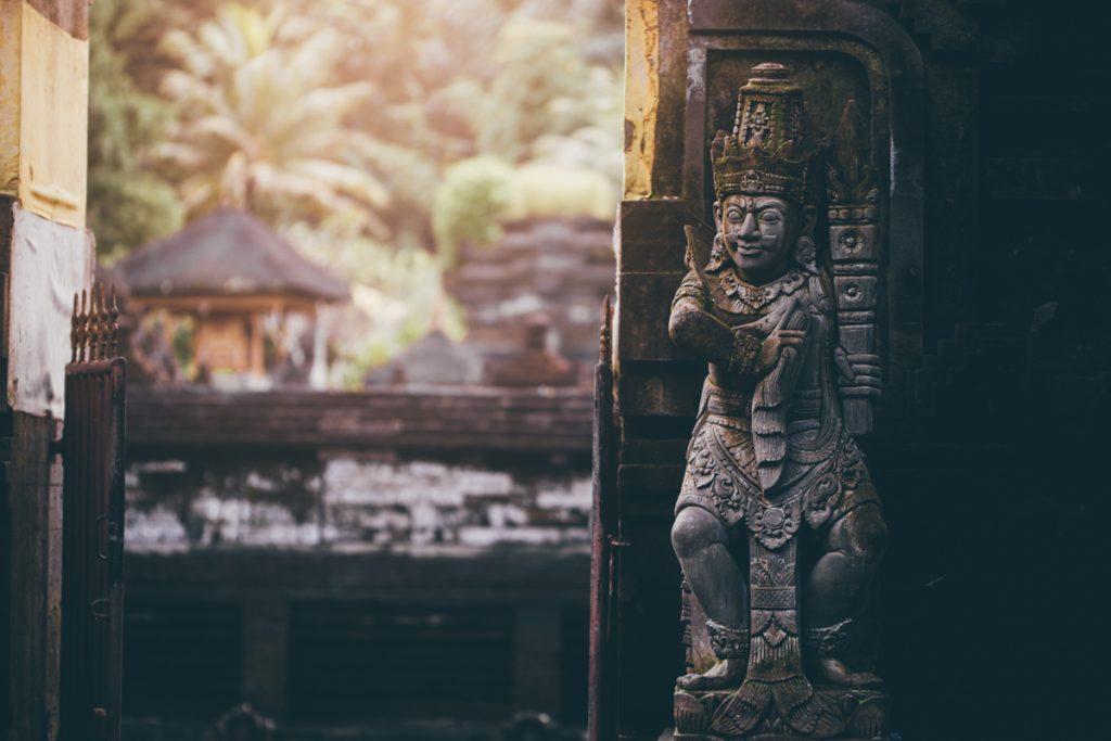 cite quelque personnage qui vivent dans le temple