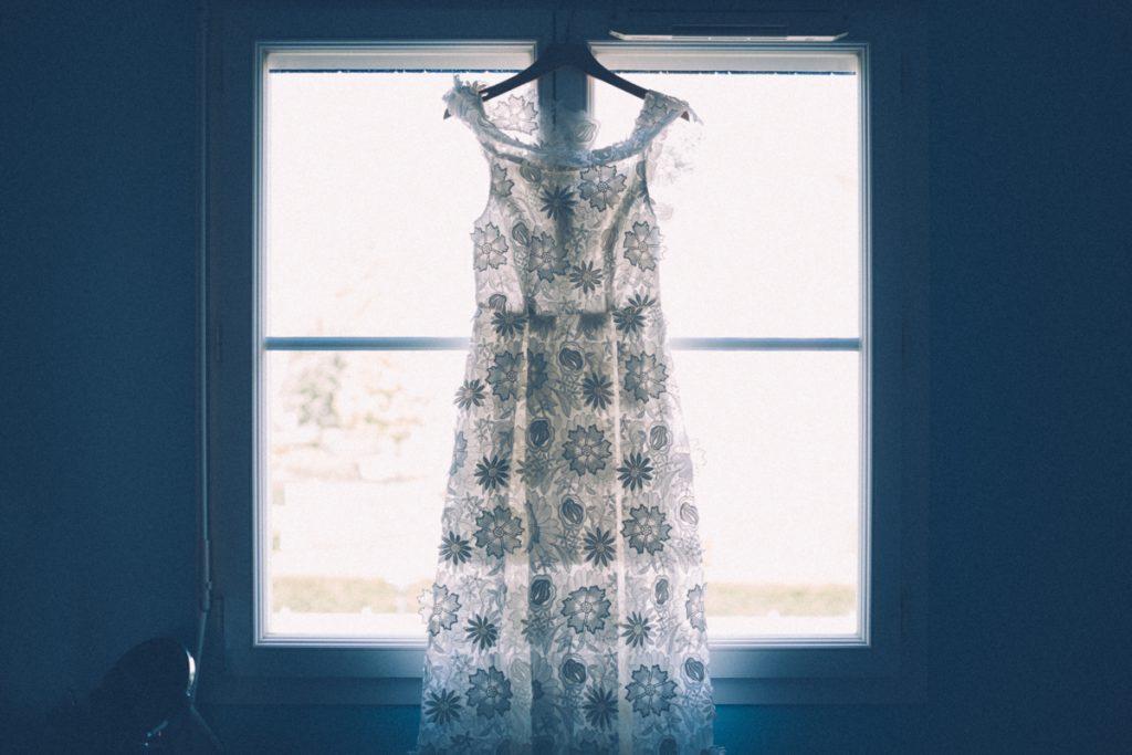 Photographe Marcq en Baroeul robe mariée fenetre