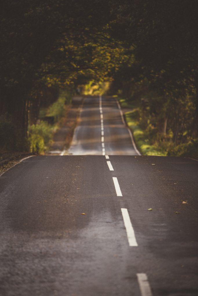 L'Ecosse en bivouac route ecossaise au soleil