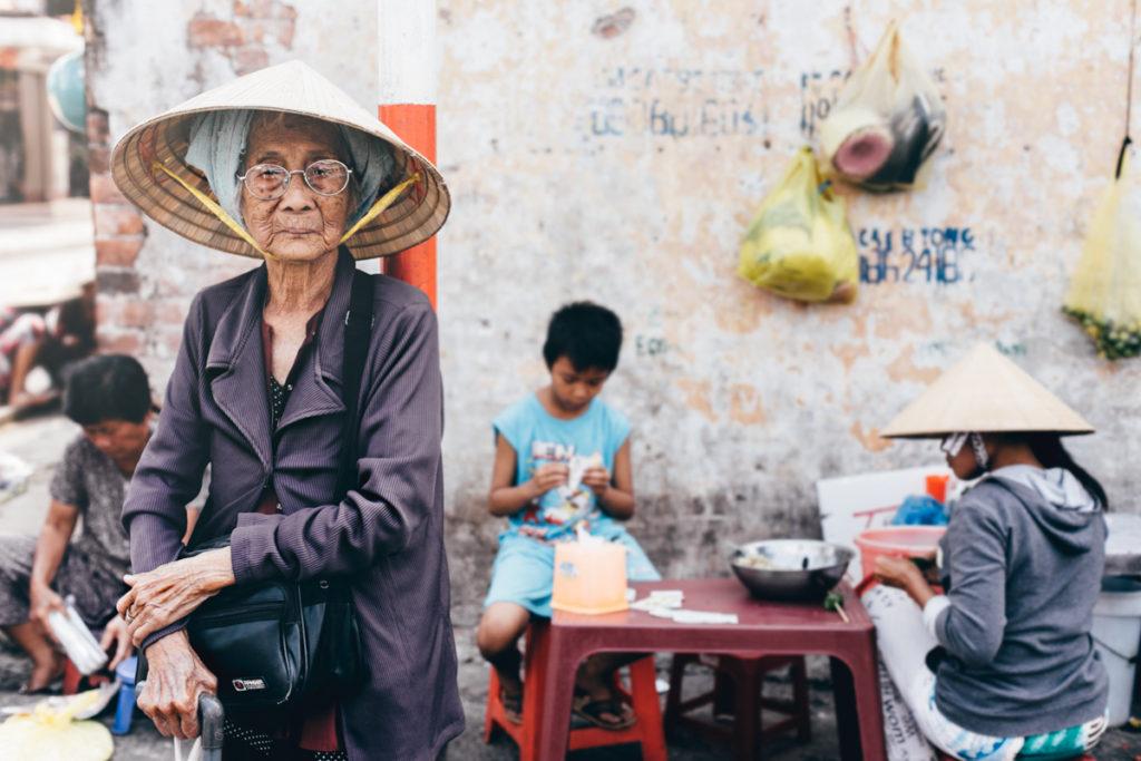 Vietnam mamie dans la rue