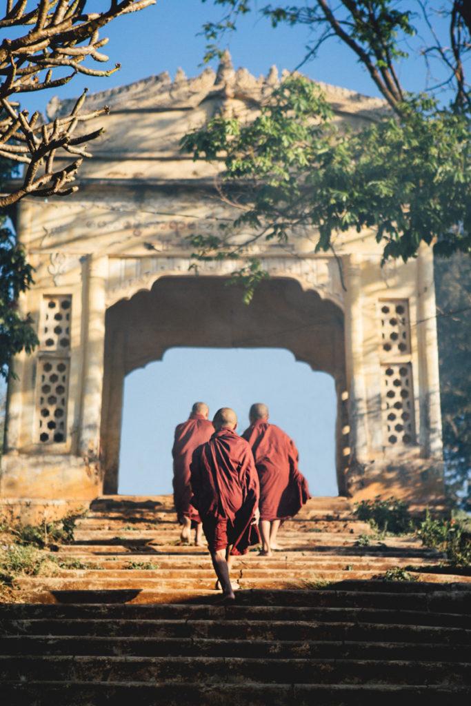 Birmanie moines escaliers