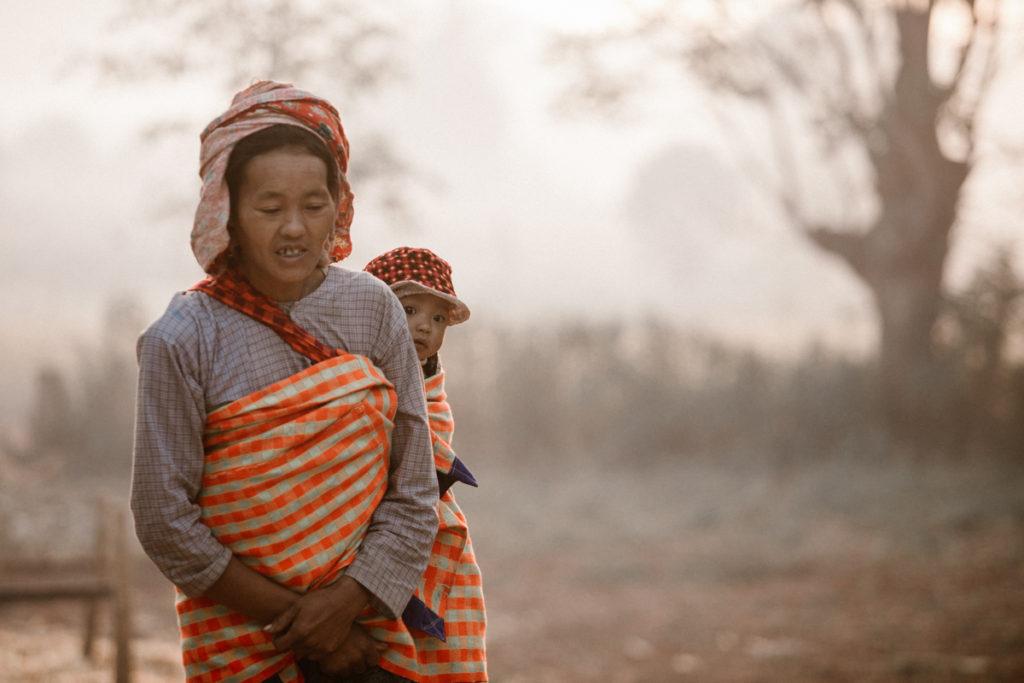 Birmanie femme et son enfant dans les montagnes