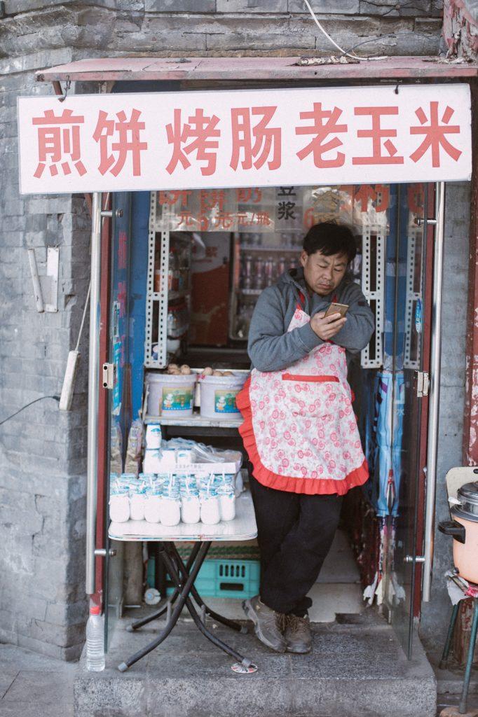 visiter peking homme dans la rue sur téléphone
