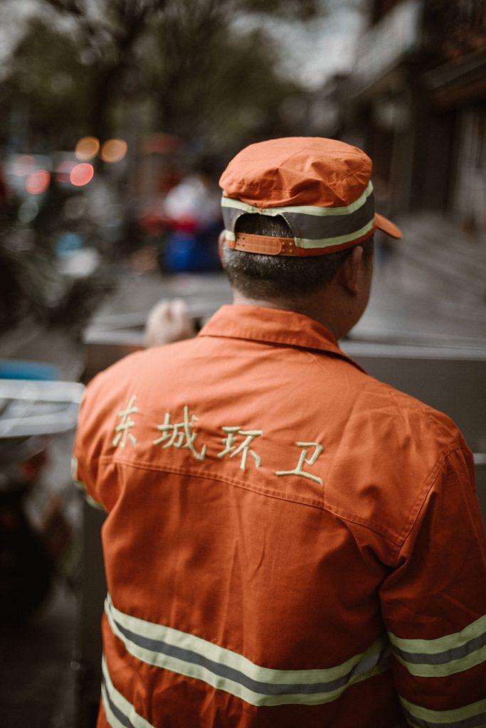 visiter pekin homme nettoie rue