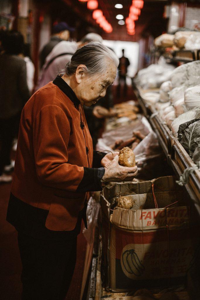 visiter pekin vieille dame dans marché
