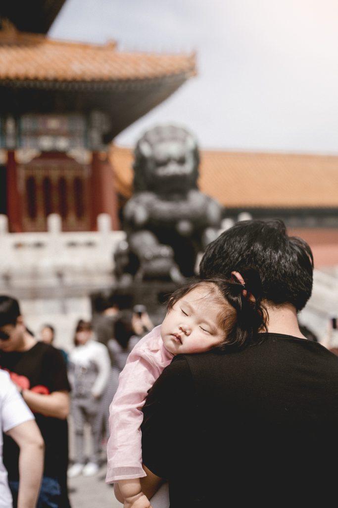 visiter pekin petite fille dort dans bras papa