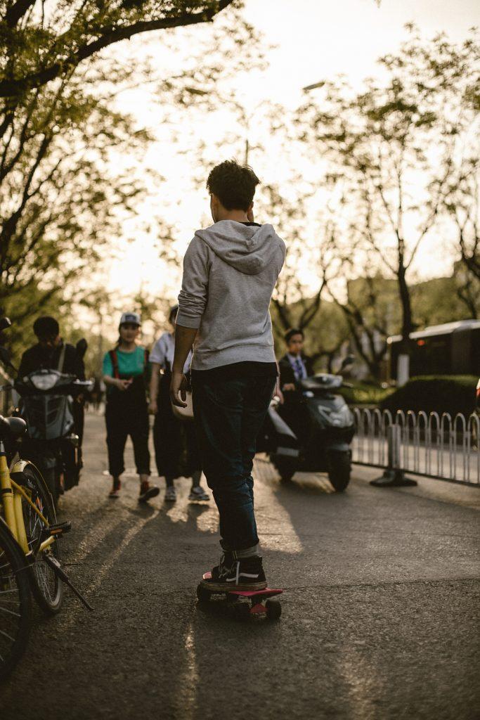 visiter pekin jeune en skate dans rue