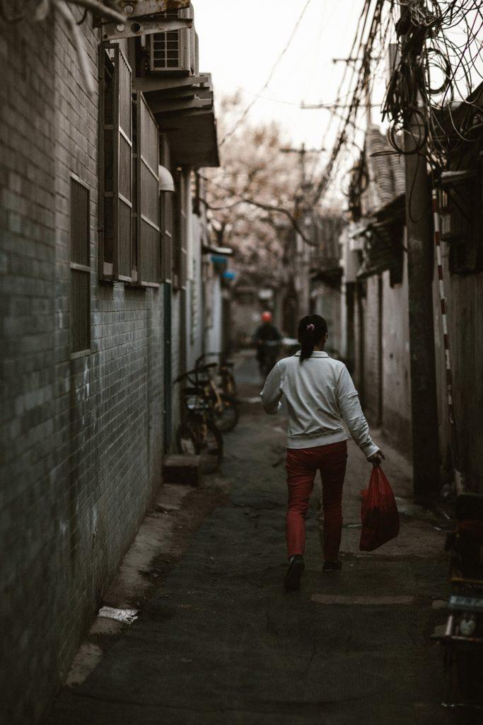 visiter pekin femme marche dans rue