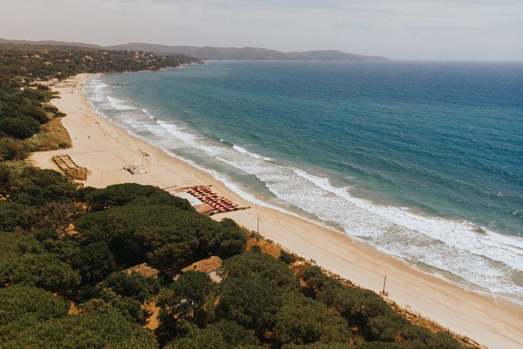 Un mariage cool à Cavalaire vue de la plage au drone
