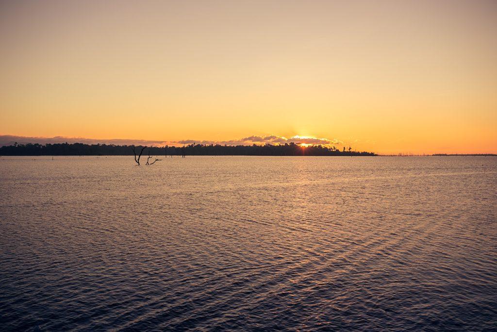 La Boucle de Thakhek sunrise sur le lac de thalang laos