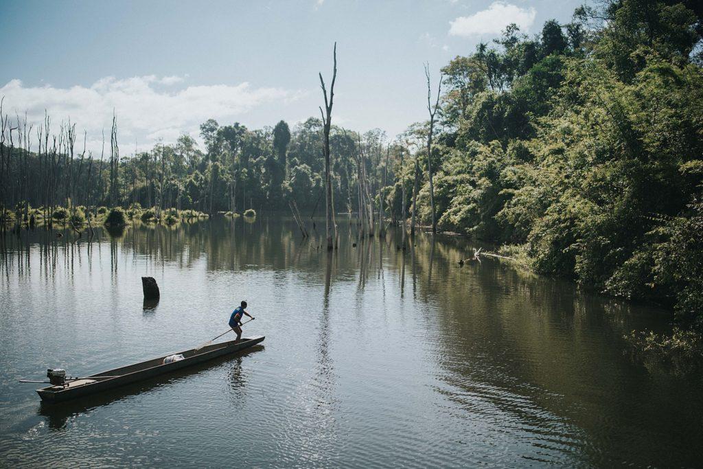 boucle de Thakhek homme sur pirogue sur le lac artificiel