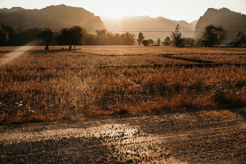 la boucle de thakhek paysages konglor coucher soleil