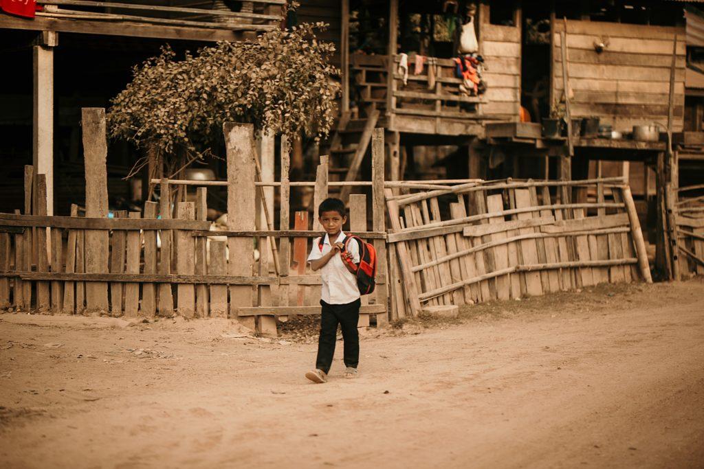 la boucle de thakhek enfant rentrant de l'ecole