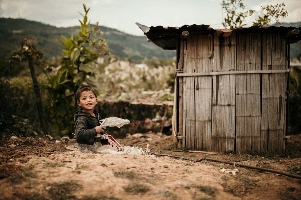visiter phongsali et ses environs enfant qui joue