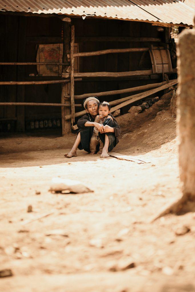 Trek au Laos chez les Akha vieille dame avec enfant