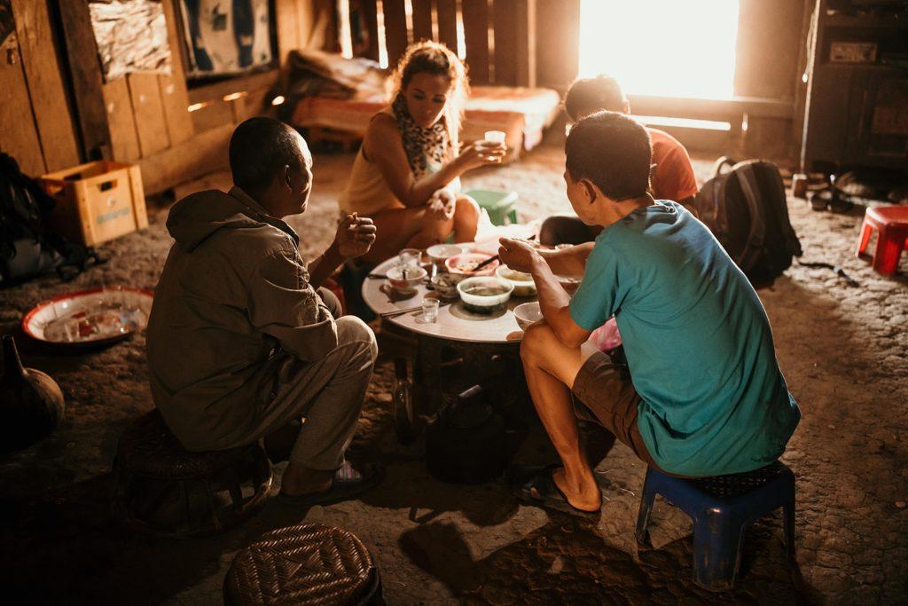 Trek au Laos chez les Akha repas en famille