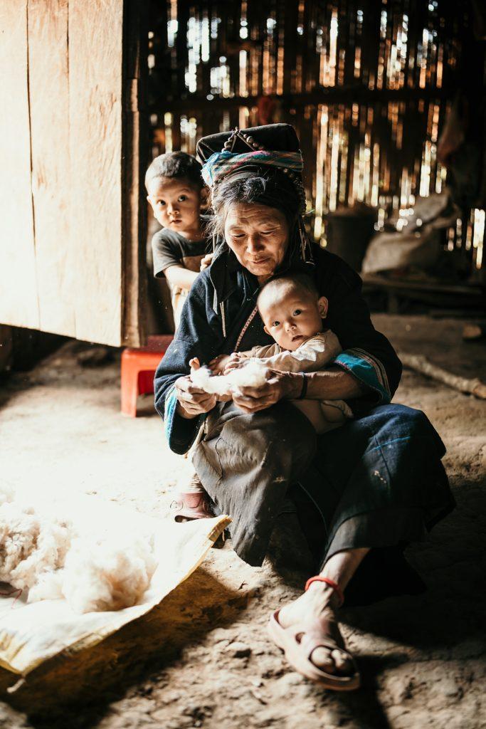 Trek au Laos chez les Akha femme et enfants akha