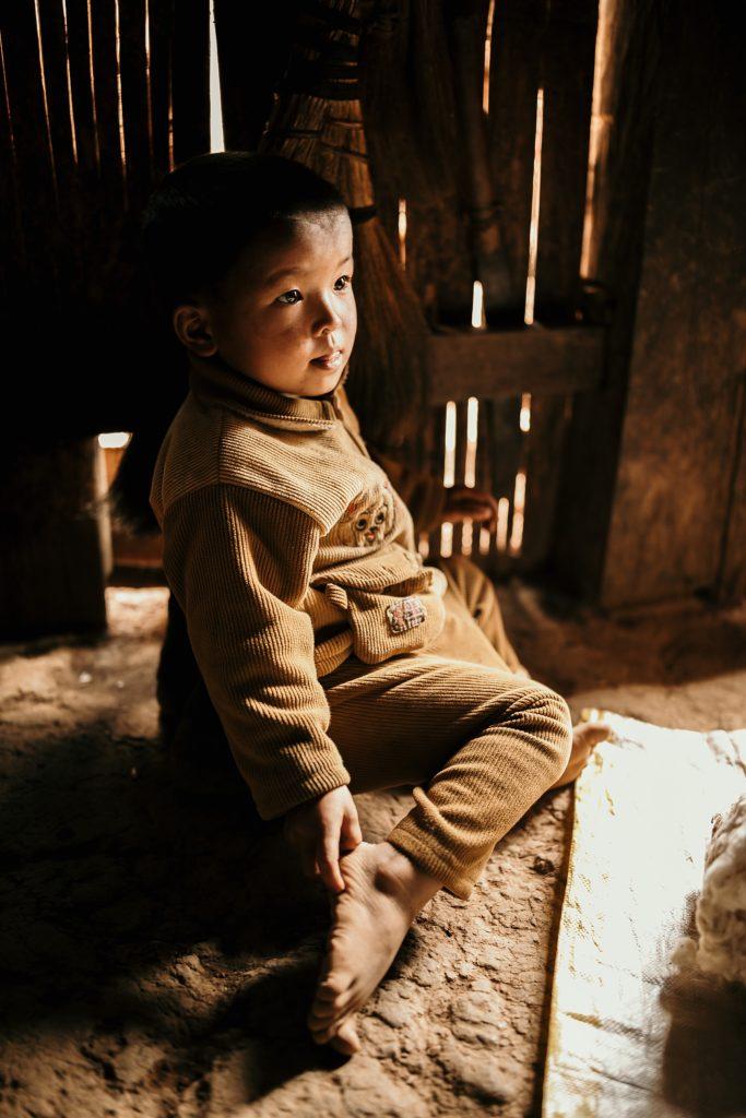 Trek au Laos chez les Akha enfant tribu akha dans maison