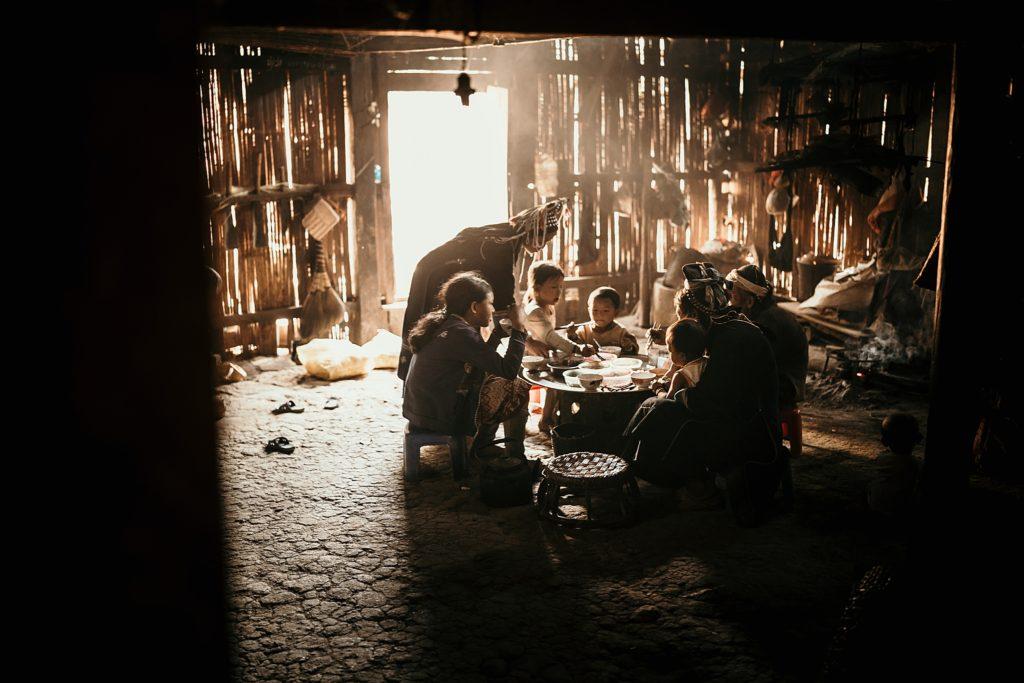 Trek au Laos chez les Akha repas en famille chez les akha