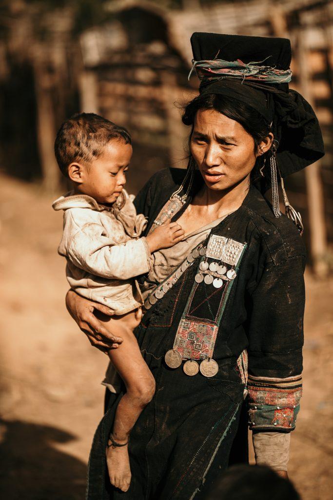 Trek au Laos chez les Akha femme tribu akha et son enfant