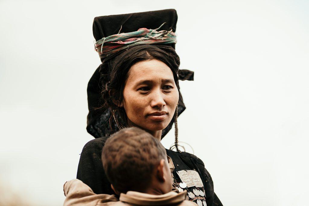 Trek au Laos chez les Akha belle femme d'une tribu traditionnelle