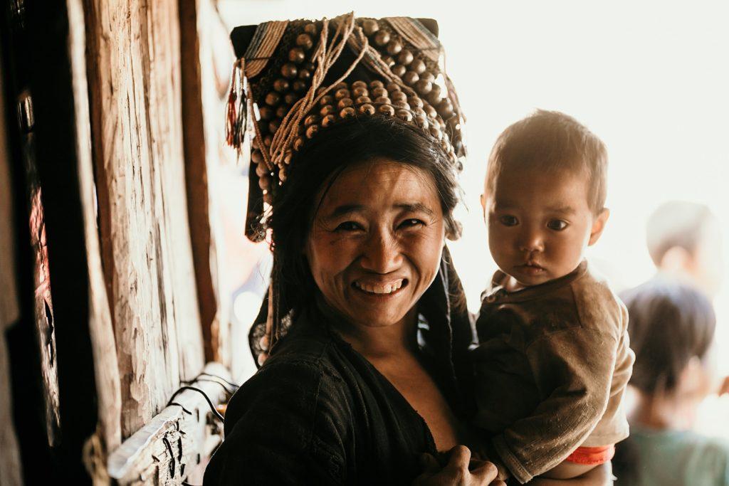 Trek au Laos chez les Akha femme akha et son bébé
