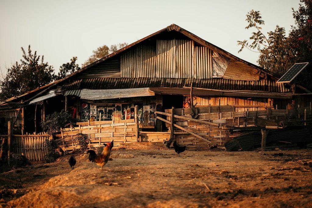 Trek au Laos chez les Akha maison traditionnelle akha