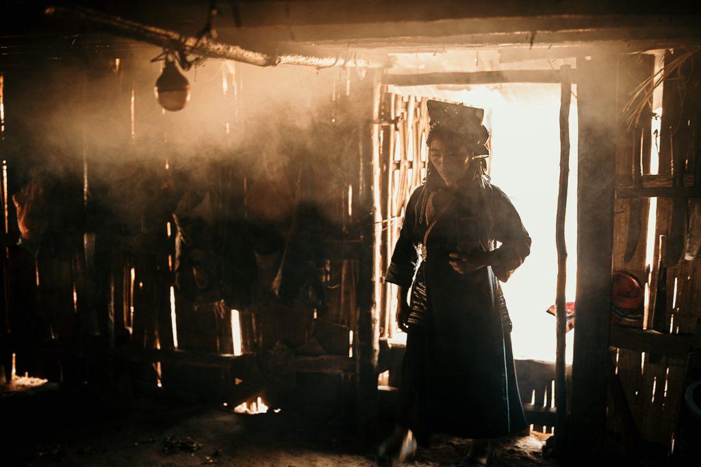 Trek au Laos chez les Akha femme akha dans sa maison