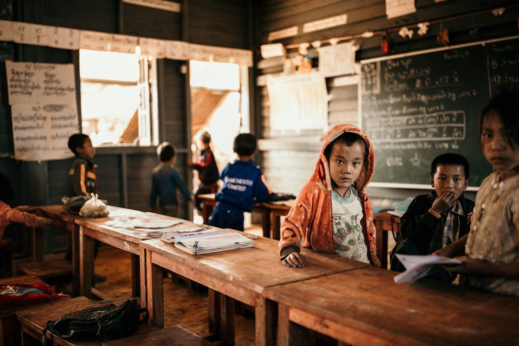 Trek au Laos chez les Akha enfants dans ecole