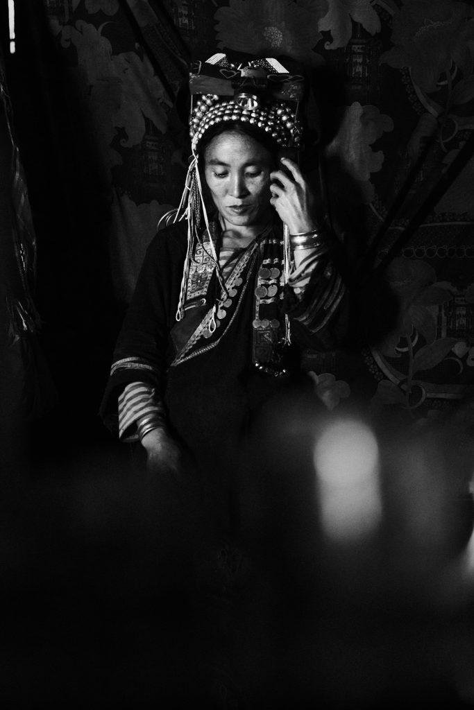 Trek au Laos chez les Akha femme akha en noir et blanc