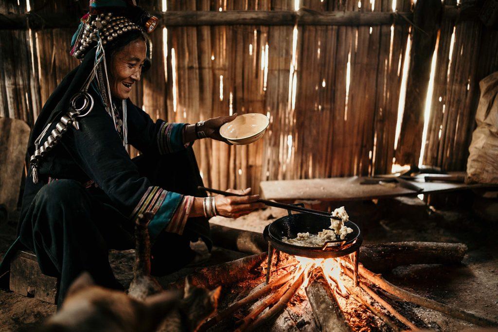 Trek au Laos chez les Akha femme préparant le repas