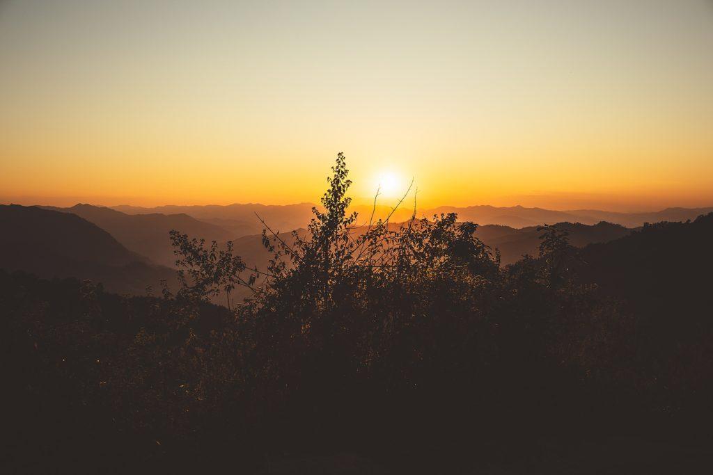 Trek au Laos chez les Akha coucher soleil montagne laos