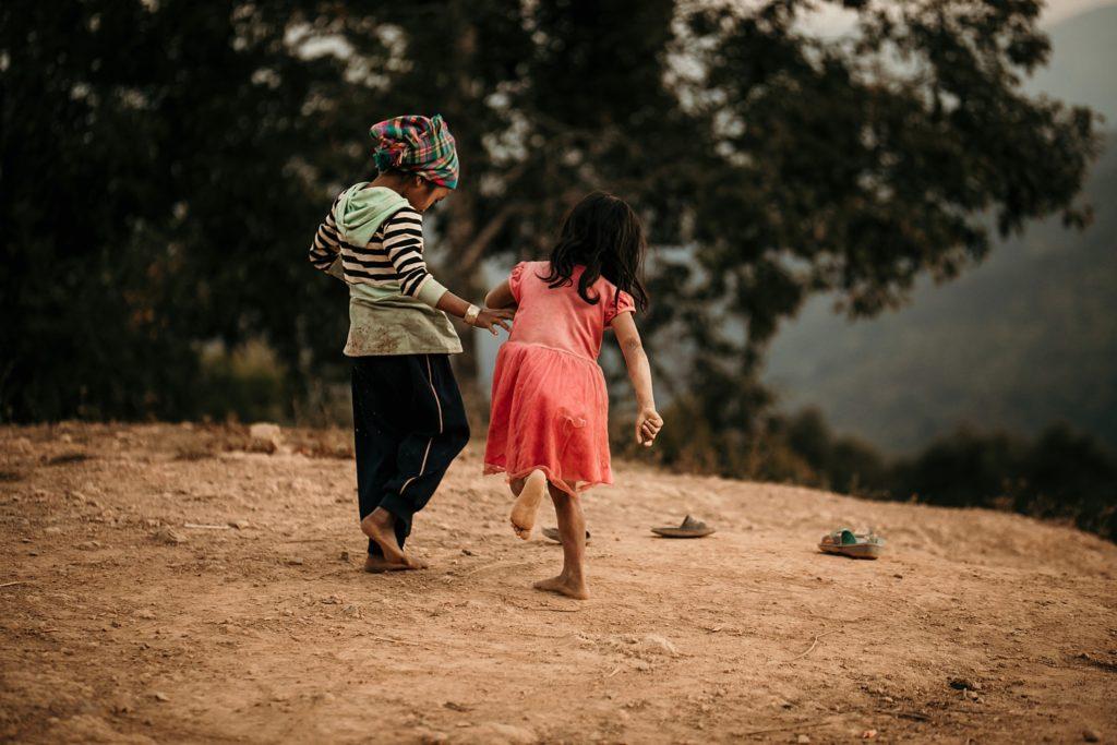 Trek au Laos chez les Akha fille joue a la marelle