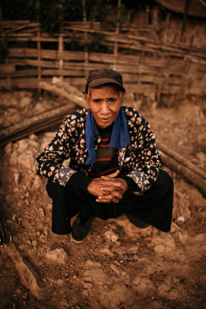 Trek au Laos chez les Akha homme akha
