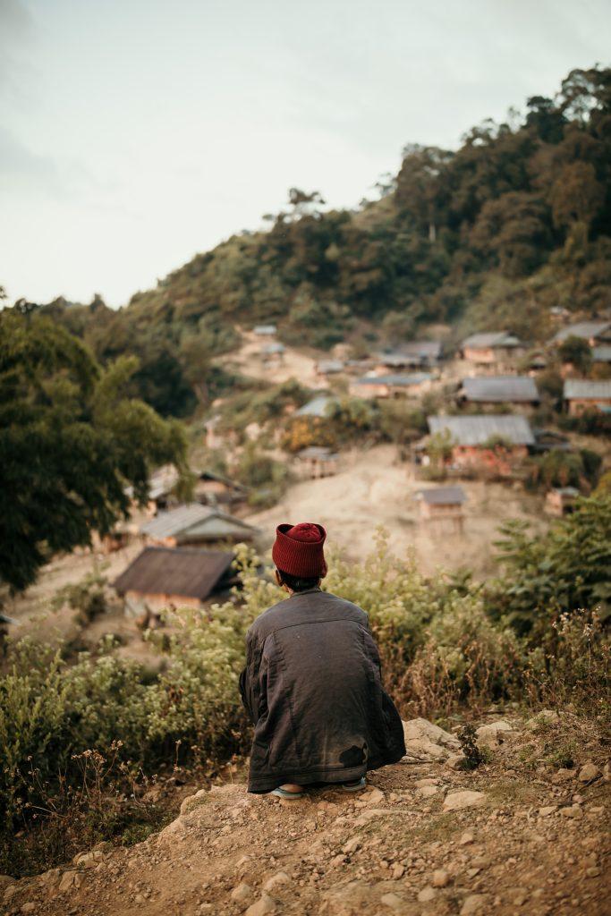 Trek au Laos chez les Akha homme regarde village