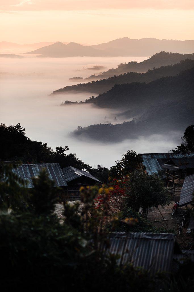 Trek au Laos chez les Akha lever de soleil avec mer de nuages