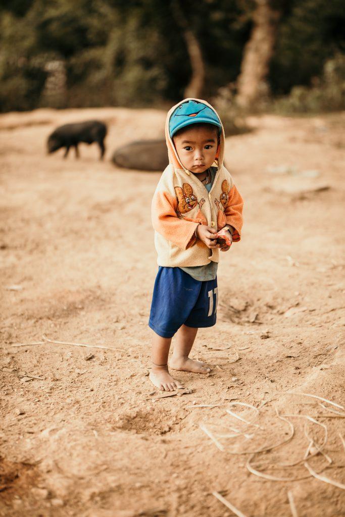 Trek au Laos chez les Akha enfant appeuré