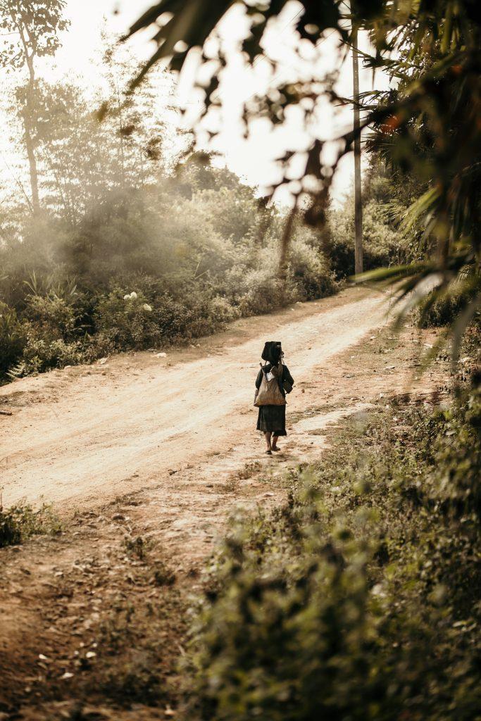 Trek au Laos chez les Akha femme akha marche seule