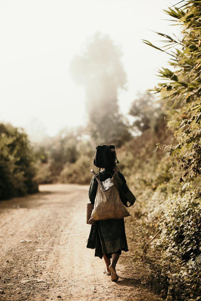Trek au Laos chez les Akha tribe woman alone
