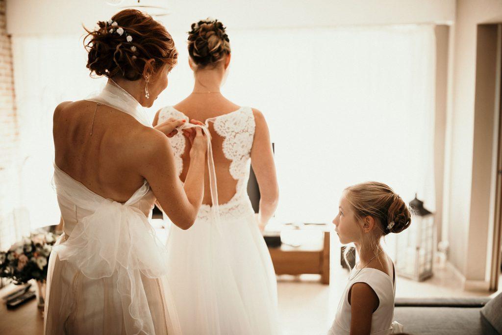 mariage a lille mariée enfile sa robe cymbeline