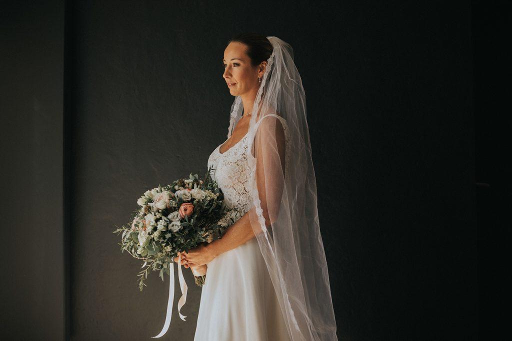 mariage a lille mariée robe cymbeline avec bouquet flower by mariette
