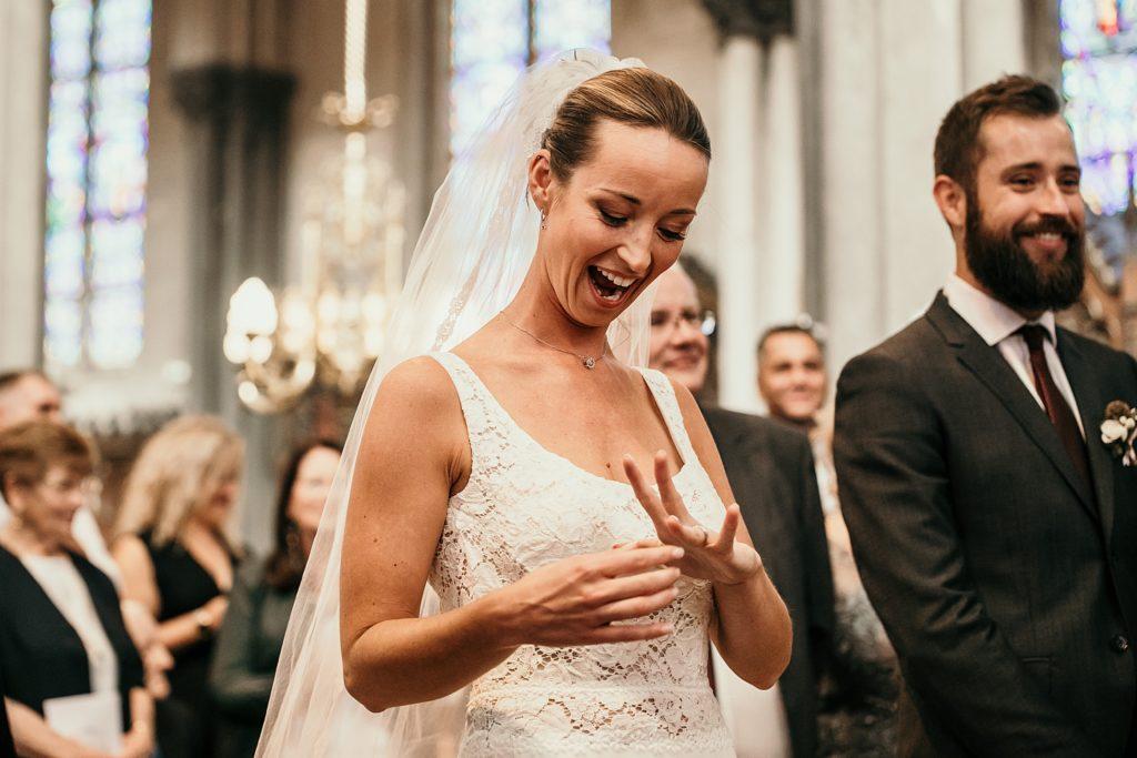 mariage a lille mariée heureuse alliance