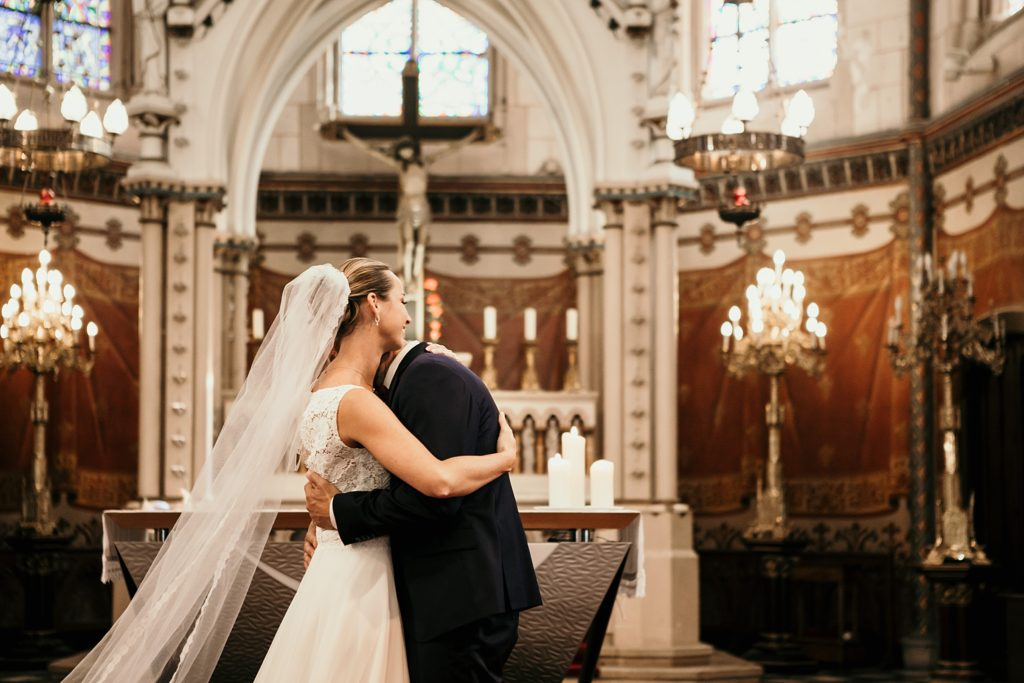 mariage a lille embrassade mariés dans eglise wambrechies