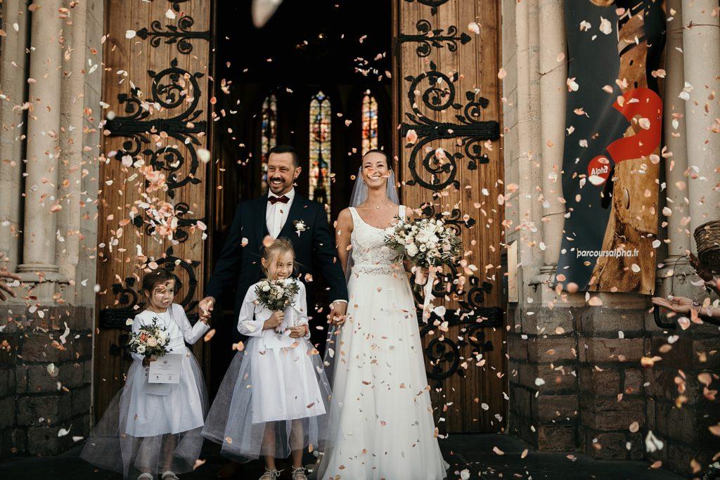 mariage a lille sortie d'église avec pétales de fleurs