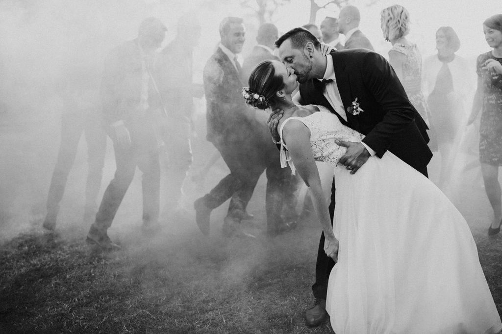 Mariage à Lille couple qui s'embrasse avec fumigènes en noir et blanc